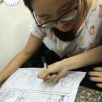bé đi học vẽ truyện tranh