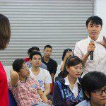 tân học viên khóa 5 Viện Truyện tranh và Hoạt hình đặt câu hỏi cho giảng viên tại Lễ khai giảng