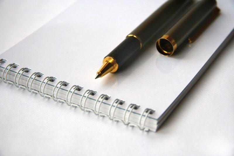 chuẩn bị sổ bút ghi chép ý tưởng cho kịch bản phim ngắn