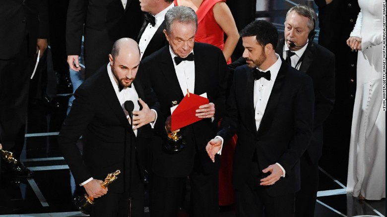 Sự cố đọc nhầm tên chiến thắng hạng mục Phim xuất sắc nhất Oscars 2017