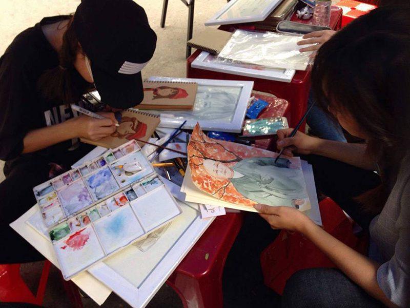 Học viên CMA vẽ tranh tại đường sách