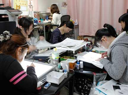 Nhóm trợ lý 5 người của họa sĩ manga Kumagai Kyoko (ngồi phía sau).